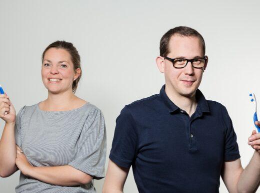 Mitarbeiter BKK W&F mit Zahnbürsten